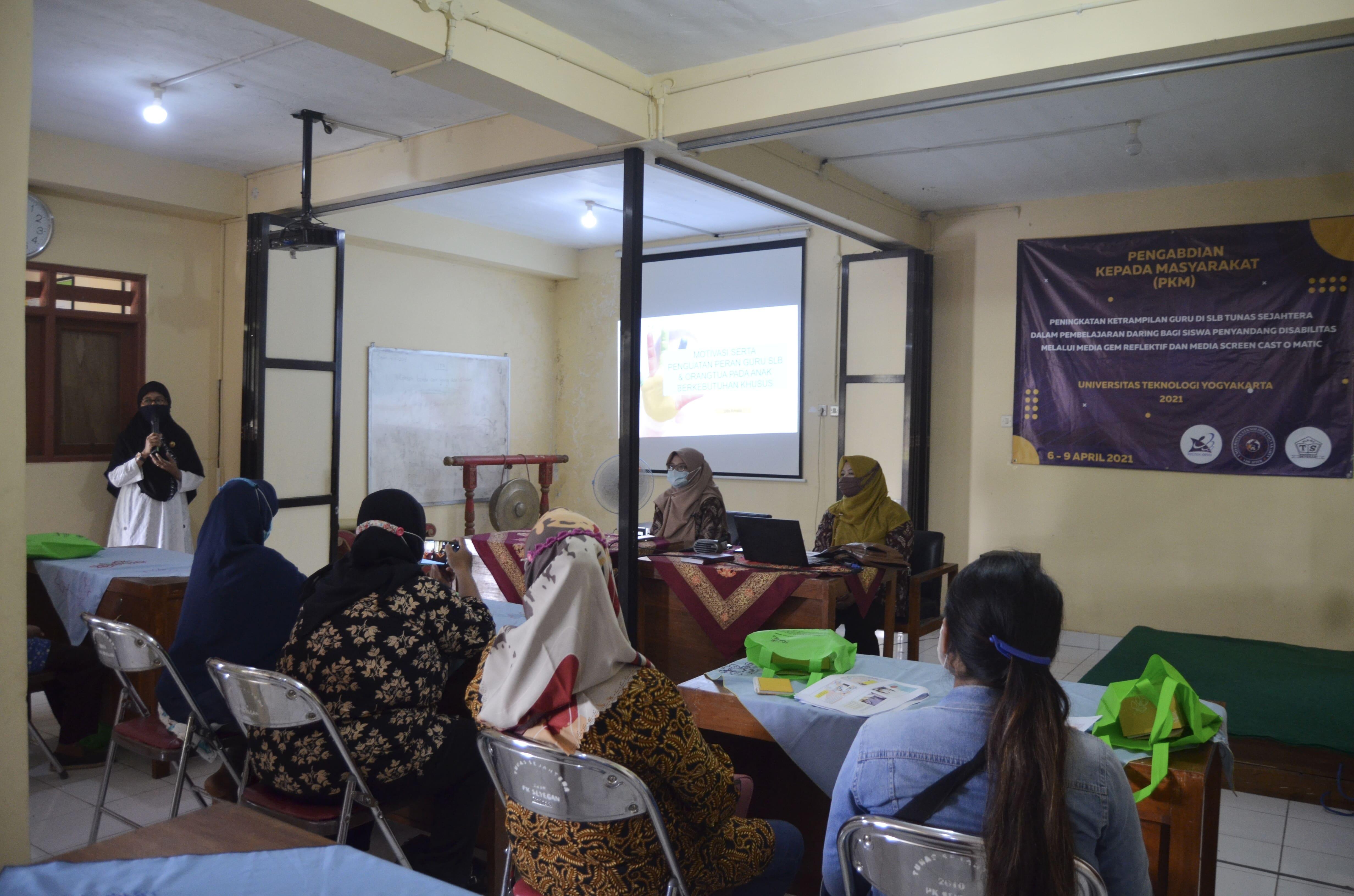 Dosen dan Mahasiswa UTY Lakukan Pelatihan Bagi Guru SLB