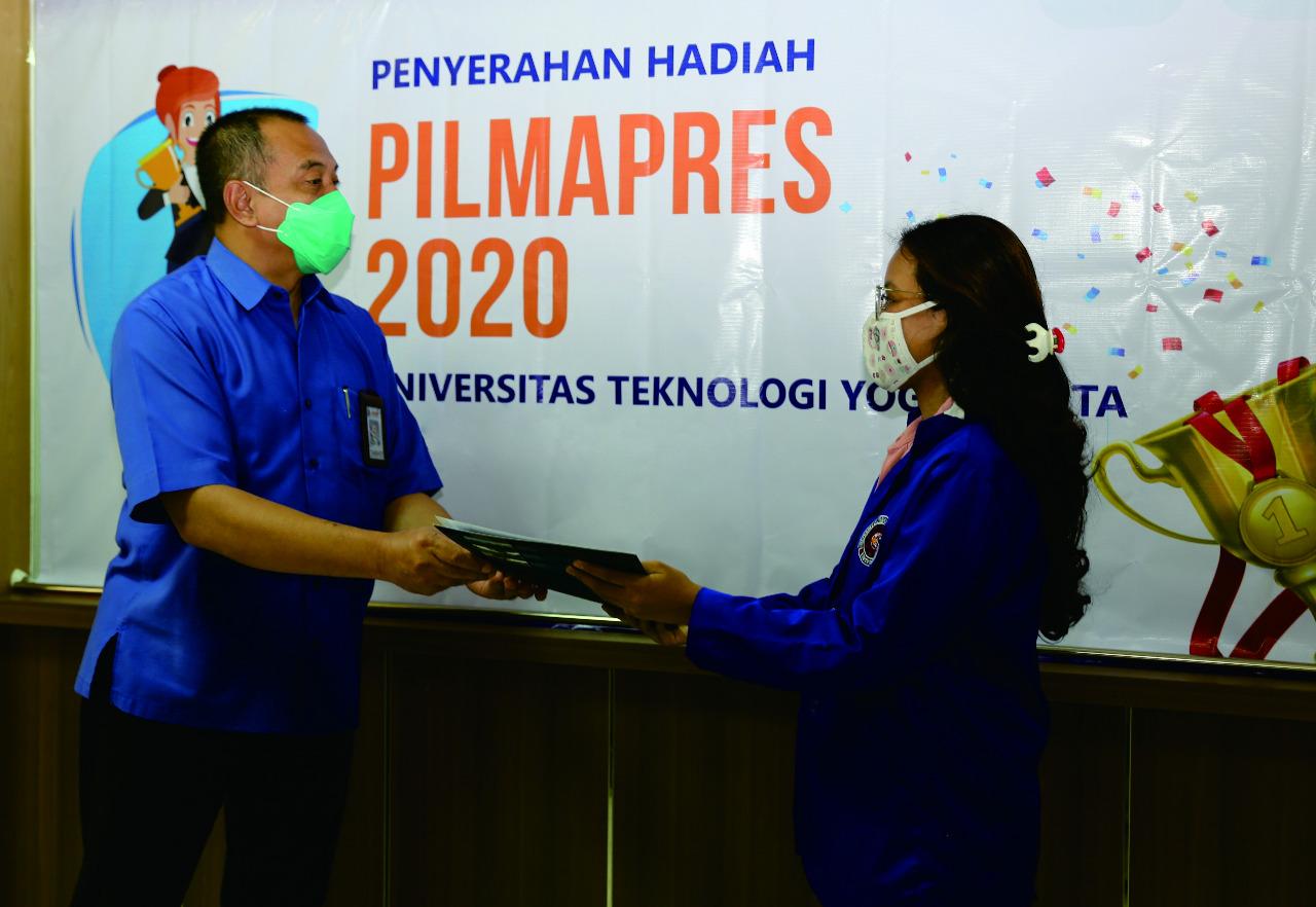 UTY Beri Penghargaan Mahasiswa Berprestasi