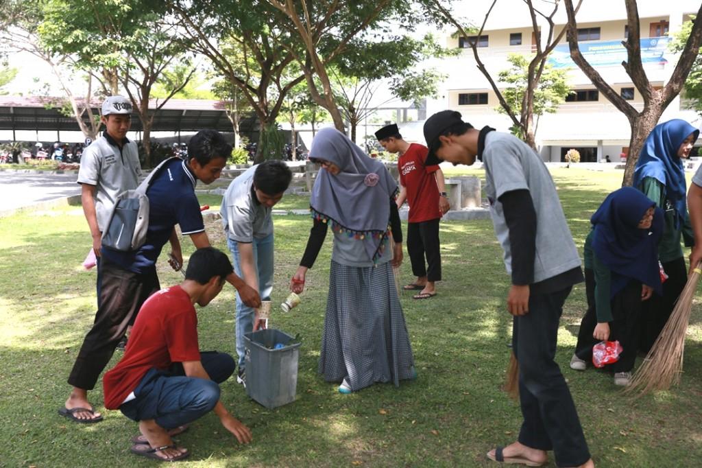 kerjabakti-mahasiswa-tingkatkan-keakraban-dan-kepedulian-lingkungan
